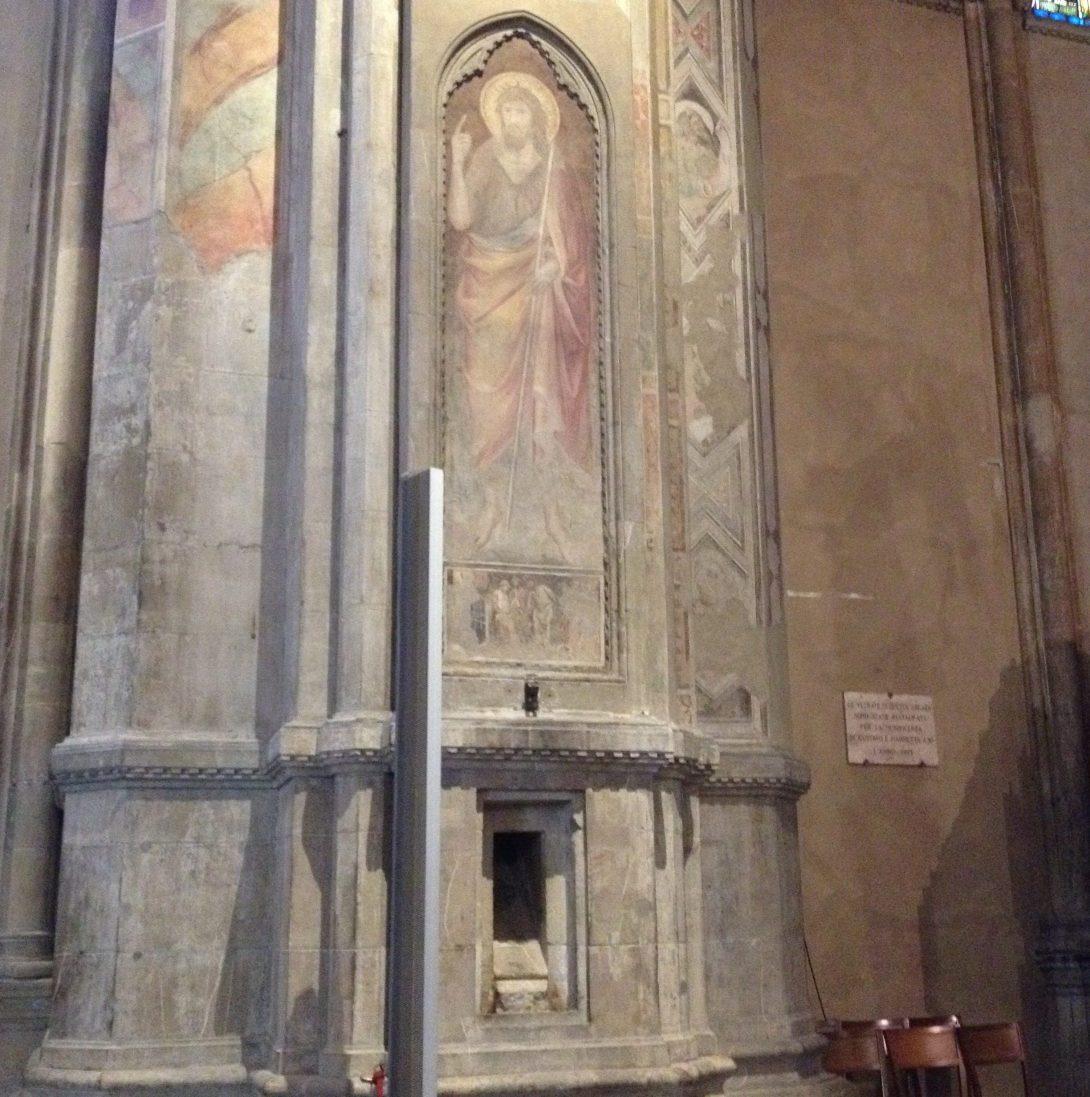 柱の下の方に謎の穴…?