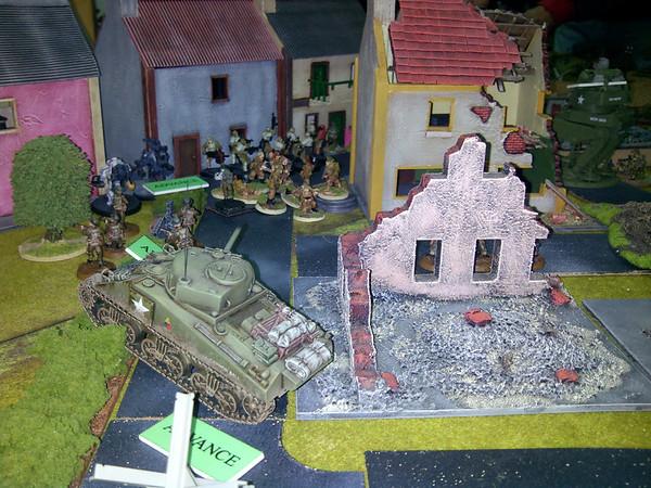 paras americanos assaltam as casas apoiados pelo Sherman