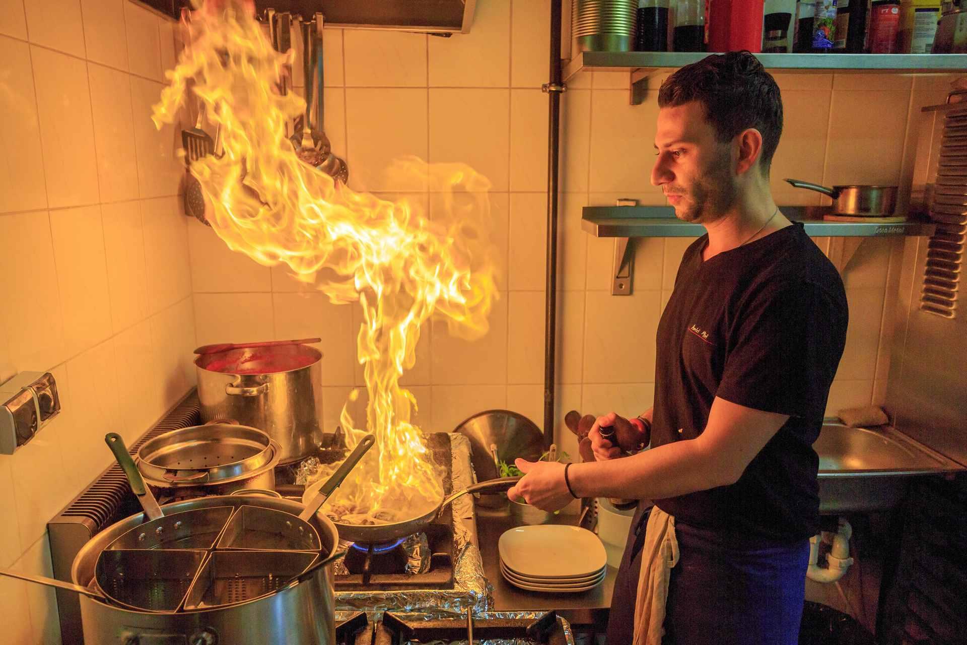 Reportaż o pracy kucharzy włoskiej restauracji Amici Miei