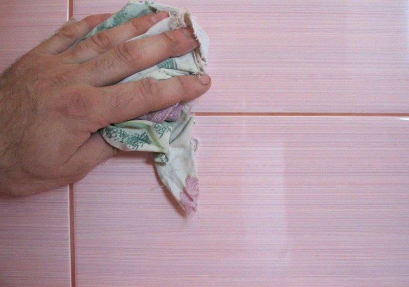 كيفية اكتساح طبقات على البلاط على الحائط