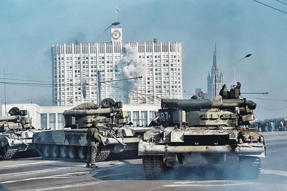 RussianTanksFiringParliment