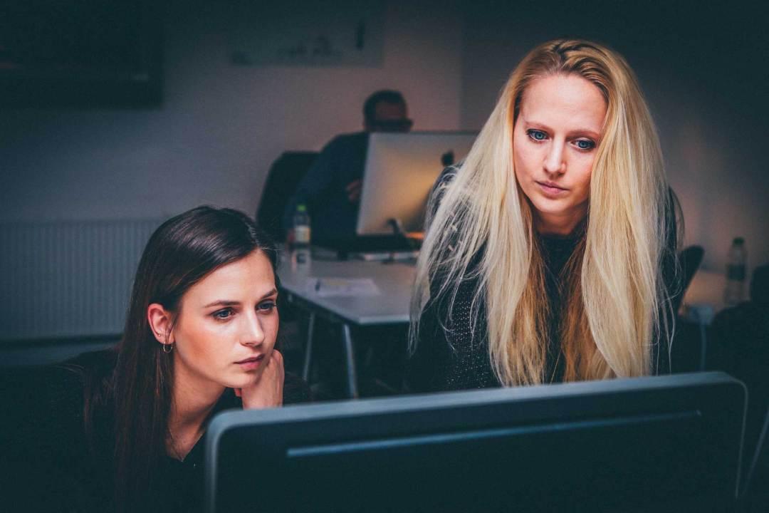deux femmes ordinateur FIRST Compta expert comptable, conseils, audit, créateur, profession libérale, villefranche, belleville, beaujeu, lantignié, regnié, cercié, mâcon