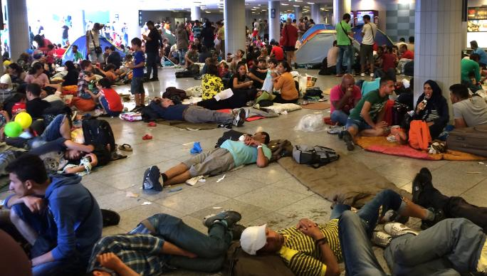 1-migrants-budapest-train-station-crop-684×388