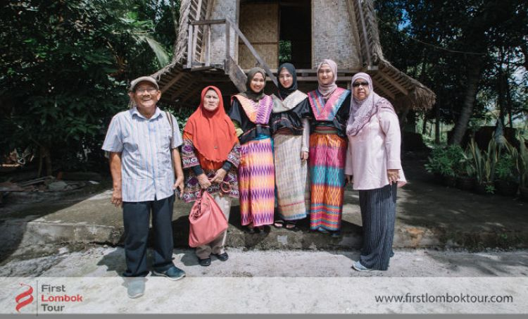tour tamu dari malaysia - berfoto di lumbung padi lombok