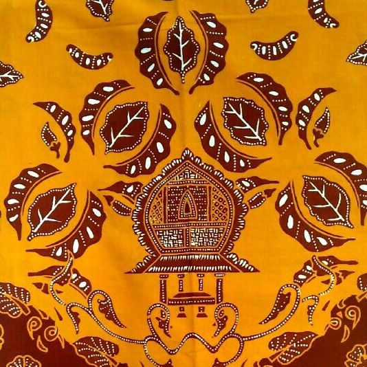 Motif batik Komak Lumbung terdiri dari motif pokok dan motif pengisi yang disusun berderet secara horizontal, yang menjadi motif pokok adalah Komak dan Lumbung, motif pengisinya berupa daun kangkung dan kembang kangkung.
