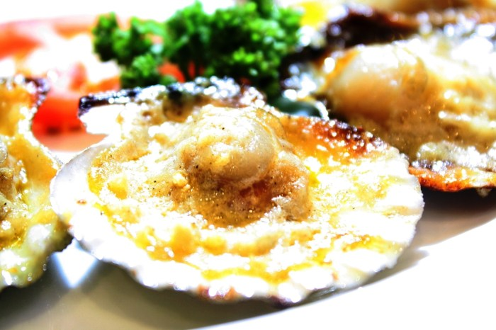 That's not a pearl on the middle of the shell. It's the lip-smacking scallop.