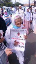 Malu kan saya sama nenek ini? Usah sepuh tapi masih semangat ikut Aksi Bela Alqur'an. (WAG)