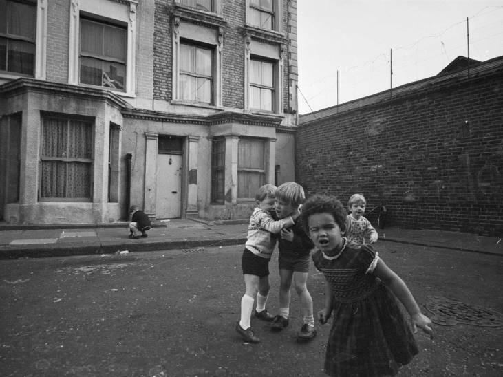 Rillington-Place-dzieci-bawiące-się-pod-domem-John-Christie