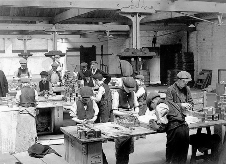 Fot. 2: Chłopcy wykonujący prace związane z pakowaniem herbaty w londyńskiej fabryce. Źródło: https://fish-and-trips.com (data dostępu: 8.03.2021)