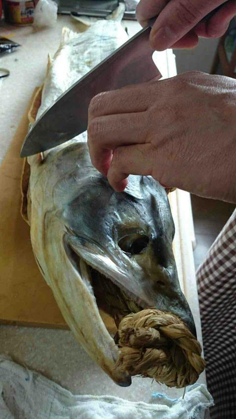 新巻鮭って臭い?! 食べれないのでは?!いえいえそんなことありません。焼けばちゃんと食べられます。但し、本当に腐ってる場合は食べないでくださいね!