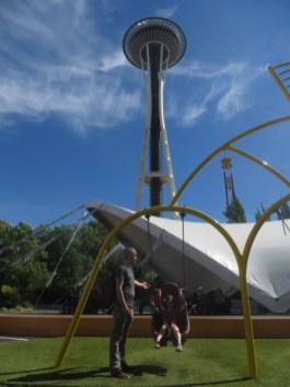 space needle et balançoire - Seattle Center