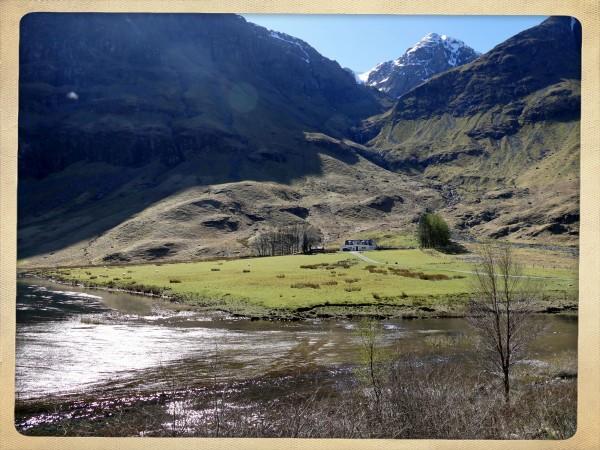 maison et rivière dans le Glen Coe (Ecosse)