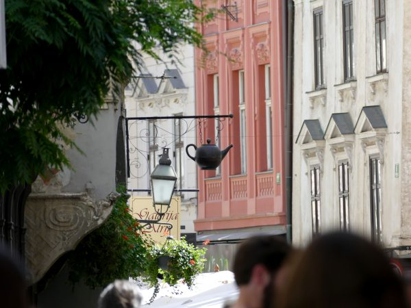 Une théière suspendue dan une rue de Ljubljana
