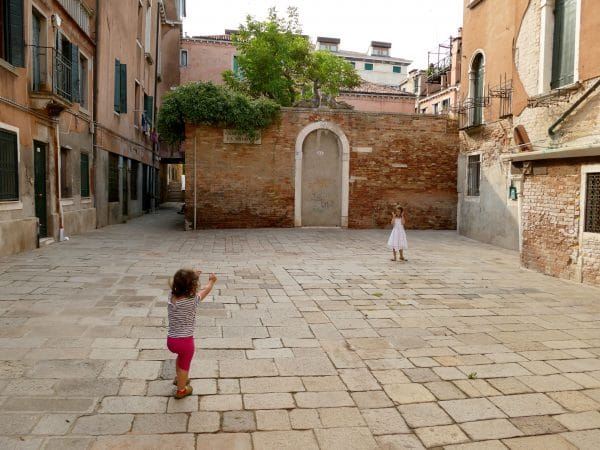 enfants jouant dans Venise