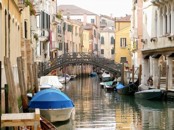 canal et barques Venise