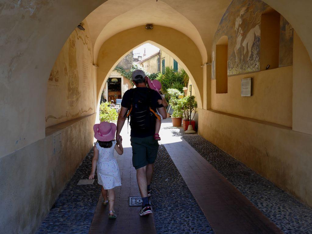 famille sous un porche - Cervo / Liguria