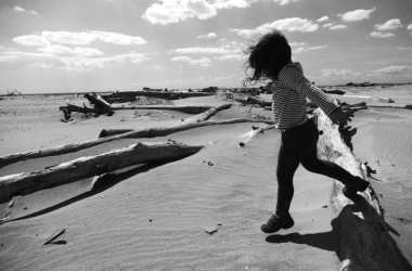 enfant sur la plage (noir et blanc)