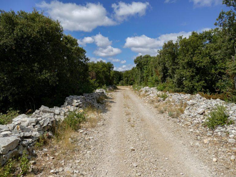 sentier de randonnée du hameau de Montcalmès (Hérault)