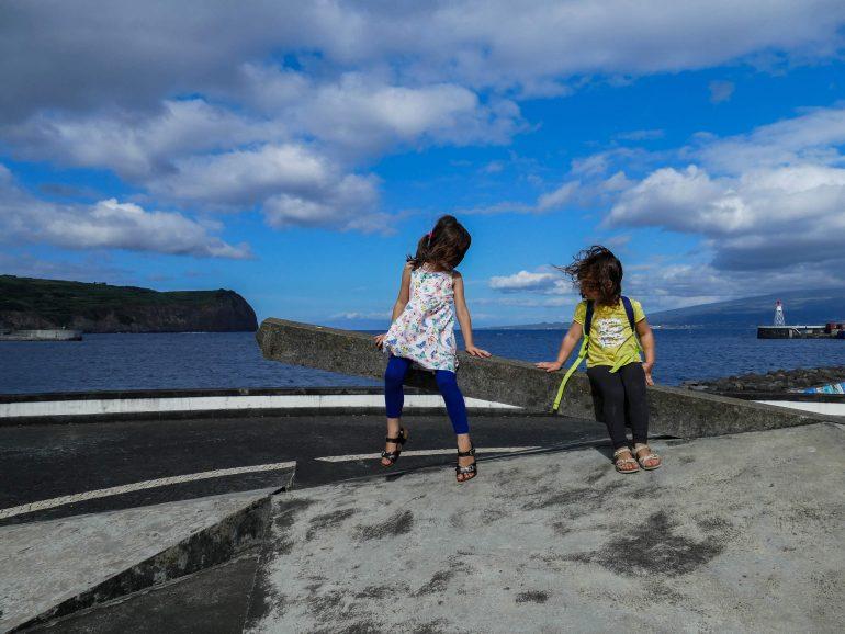 enfants dans le peintures dans le port d'Horta sur Faial (Açores)