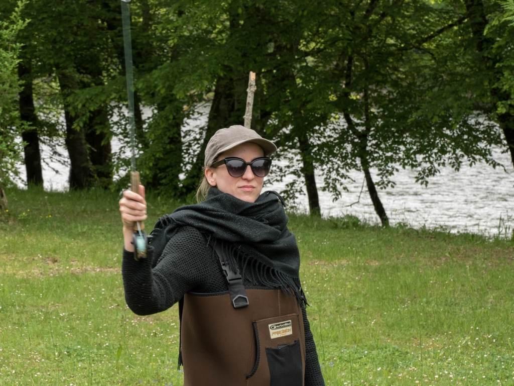 Solène du blog Solcito en train de pêcher à la mouche