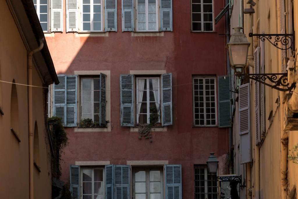 fenêtres dans le vieille ville de Nice
