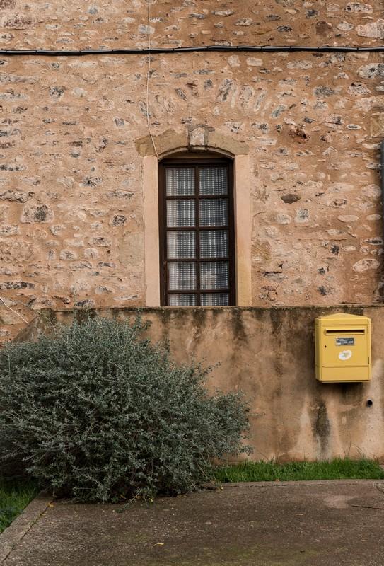 fenêtre dans Celles, village abandonné au bord du lac du Salagou - Hérault