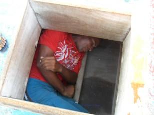 Neu demonstrating how the men sleep inside a jangada