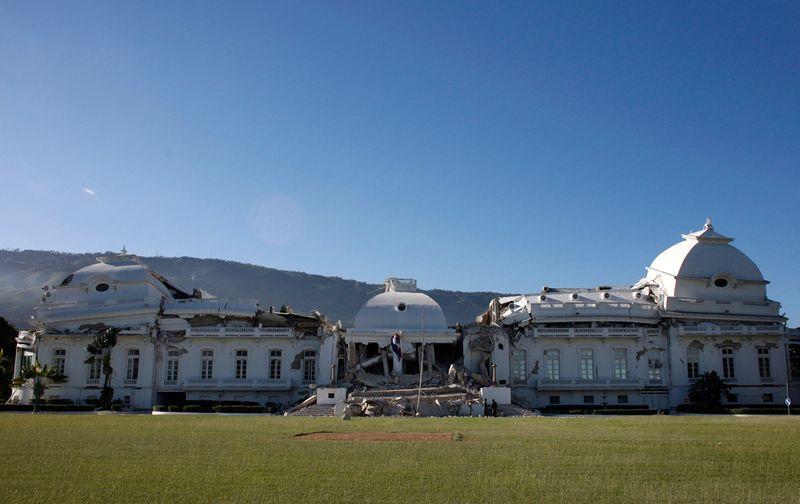 Вид на сильно поврежденный президентский дворец в Порт-о-Пренс, который в центральной части составлял раньше три этажа после землетрясения.
