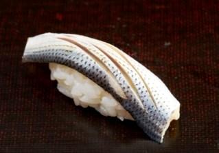 コハダの酢締めは、江戸前鮨屋の看板にかかわる繊細な仕事