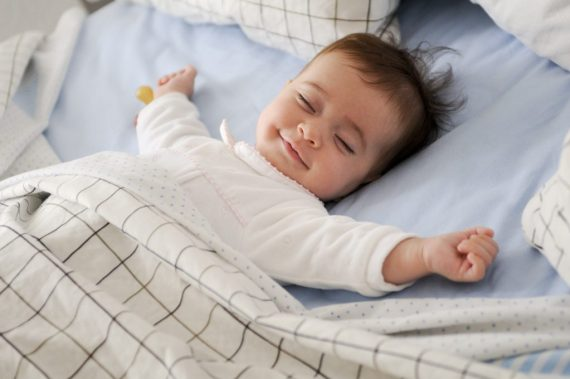 Bebé durmiendo feliz
