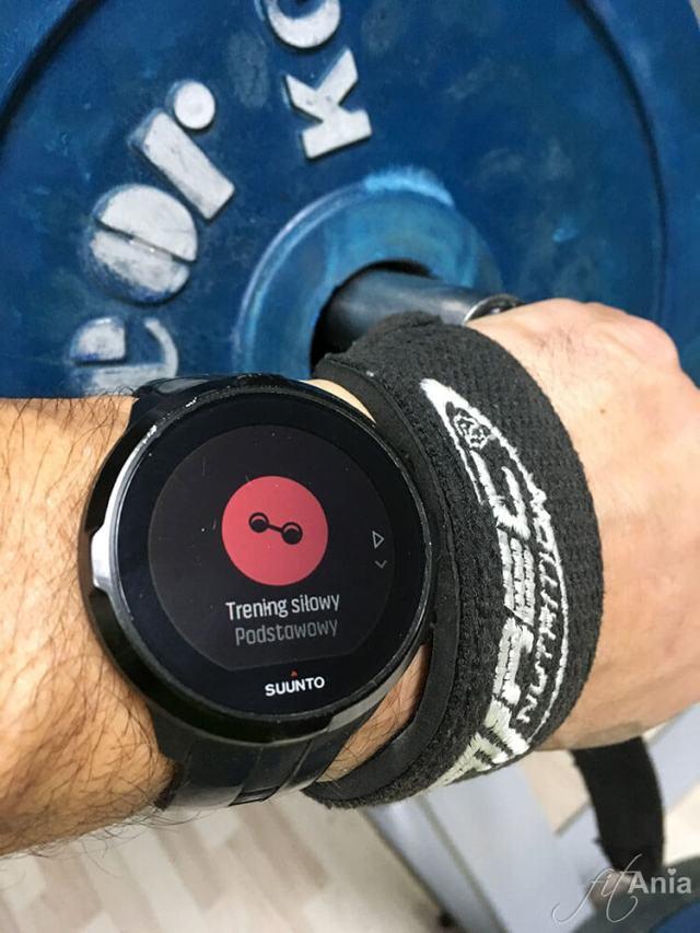 Zegarek sportowy Suunto rejestrujący trening siłowy.