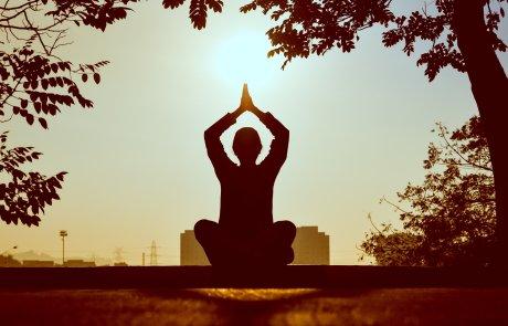 Een vrouw beoefent yoga capelle