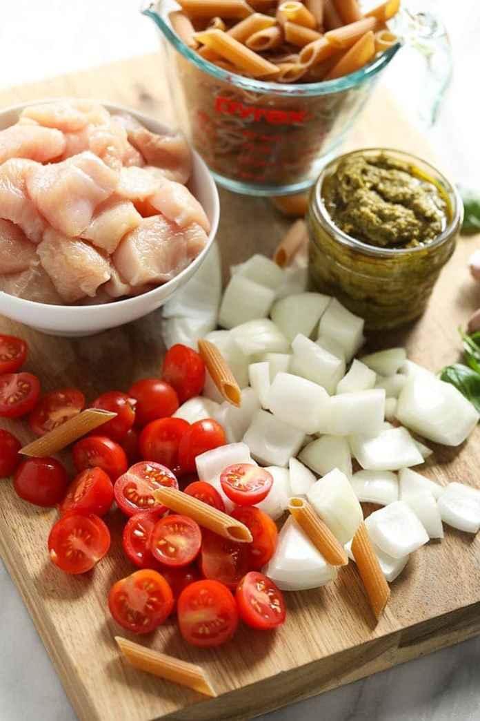 Pesto chicken pasta ingredients.