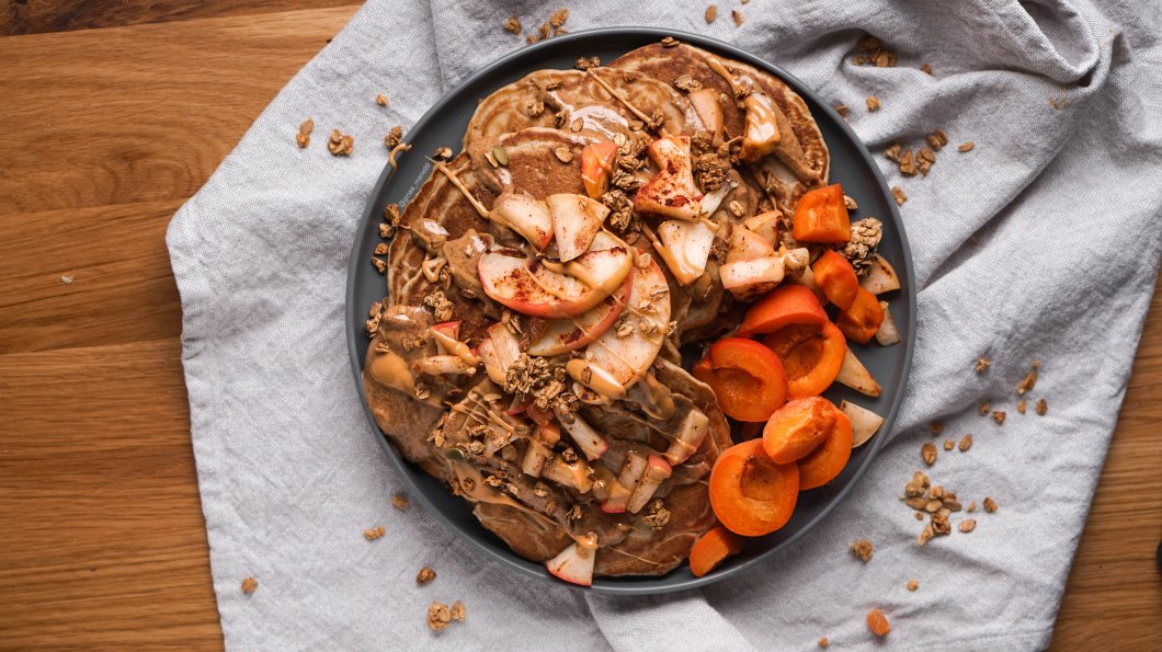 Fluffy, healthy and vegan apple pancakes with peanut butter, cinnamon apples and apricots