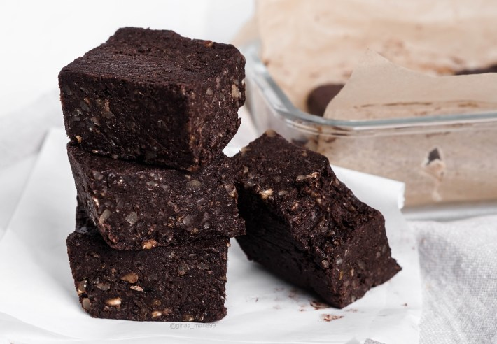 Raw vegan protein brownies with only 5 ingredients, healthy and easy! 5 min brownies