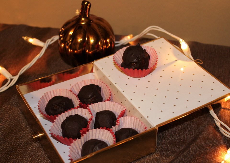 Dark Chocolate Pumpkin Spice Truffles - these paleo truffles are naturally sweetened delicious!!
