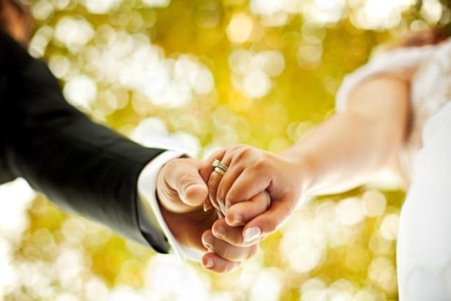 Frasi di auguri sul matrimonio famose - Occorre somigliarsi un po' per comprendersi, ma occorre essere un po' differenti per amarsi.(Paul Bourget) - La misura dell'amore è amare senza misura. (Sant'Agostino) - Nel momento in cui ti soffermi a pensare se ami o no una persona, hai già la risposta. (Carlos Ruiz Zafon) - La misura dell'amore è amare senza misura. (Sant'Agostino).