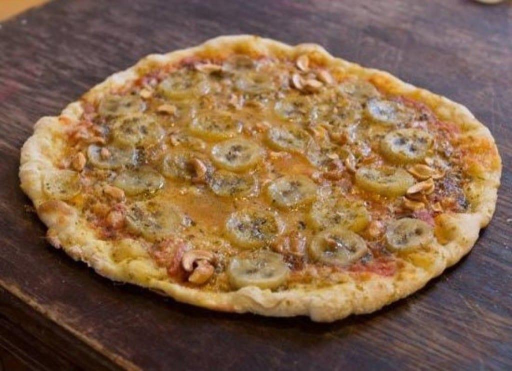 Pizza con banana, ananas e salsa al curry