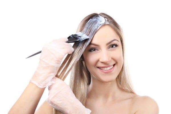 Come togliere le macchie di tinta per capelli dai tessuti, mobili e sanitari