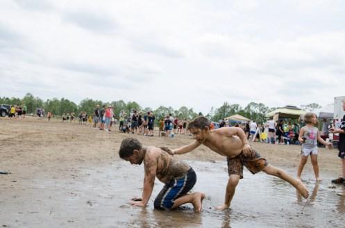 kids-playing-in-mud