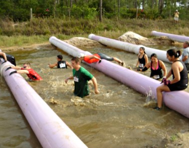people-in-mud-run-obstacle-course