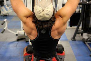 Tirage barre et traction pour la largeur du dos