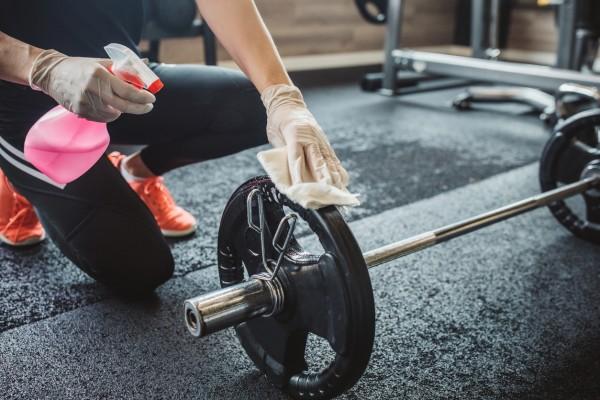 La limpieza de los aparatos por parte delgimnasio y de los usuarios de gimnasio resulta importante para evitarla propagación ante COVID-19