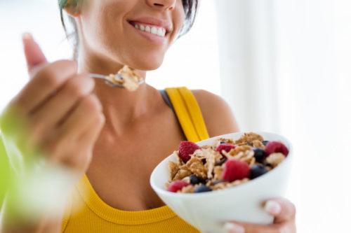 Energía y nutrientes en atletas femeninos