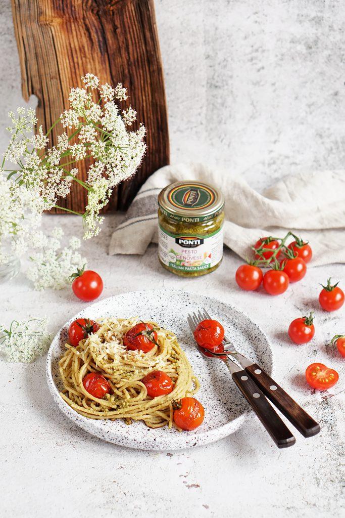 Ekspresowy makaron z pesto i pomidorkami