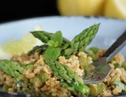Cytrynowe kaszotto z kaszy bulgur z zielonymi szparagami.