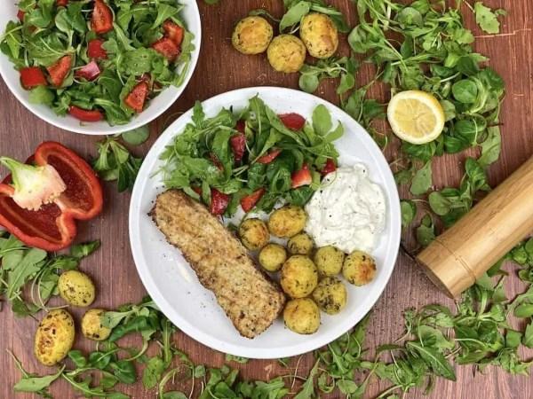 Backfisch mit Zitronen-Quark, Kartoffeln und Feldsalat