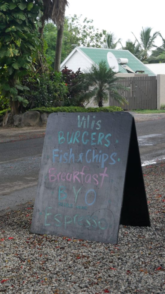where to eat rarotonga vilis burgers fittwotravel.com