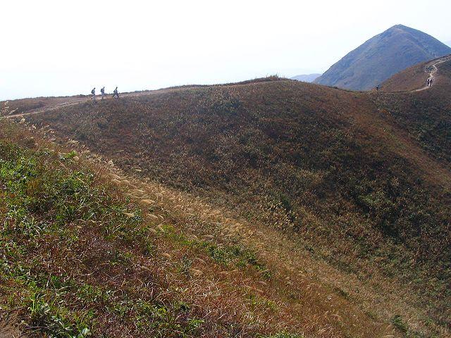 登上馬鞍山嘅山脊後,就係漫長嘅泥路。