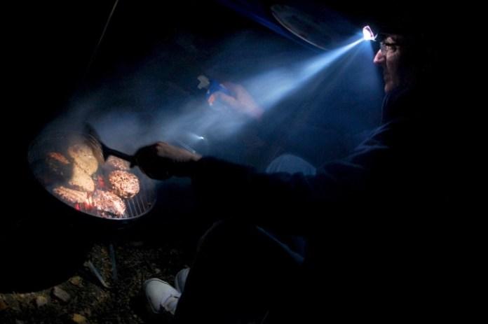 摸黑煮飯,頭燈真係好用。但你幾時會黑媽媽煮飯?
